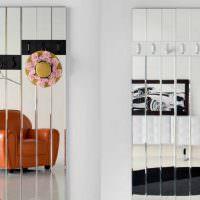 Зеркальные вешалки в прихожей загородного дома
