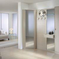 Дизайн гостиной с зеркалами на шкафах