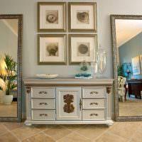 Напольные зеркало в интерьере классической гостиной