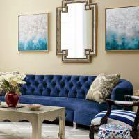 Пестрые подушки на синем диване