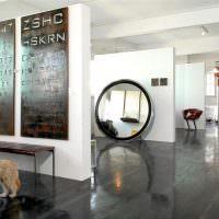 Большое зеркало в интерьер квартиры студии стиля лофт