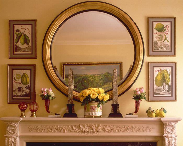 Круглое зеркало в золотой оправе над камином