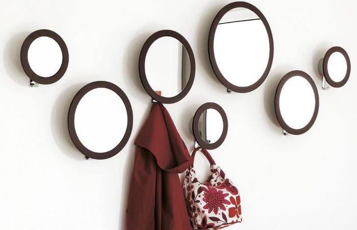 Небольшие круглые зеркала вместо вешалки