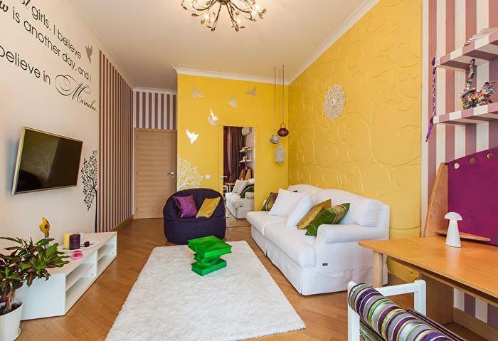 Желтая стена в гостиной хрущевки