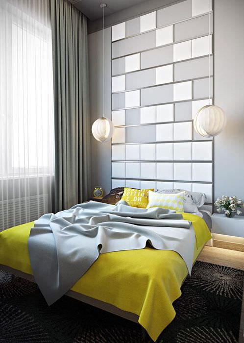 Серая спальня с желтым покрывалом на кровати