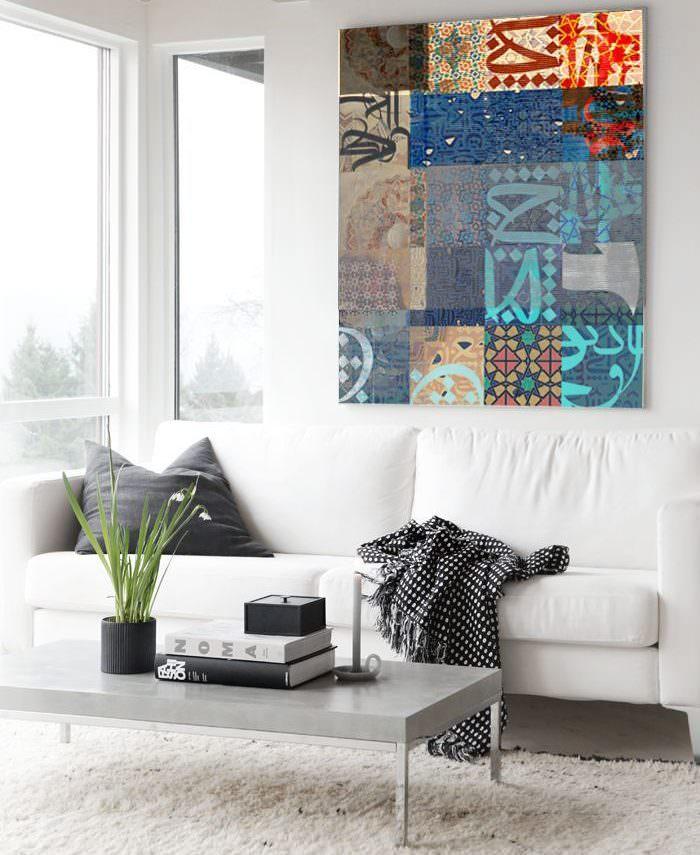 Белая гостиная с картиной на стене