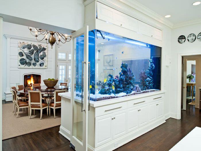 Зонирование кухни-гостиной с помощью аквариума