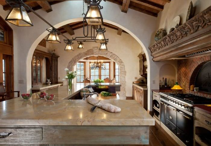 Арочный проем на кухне в испанском стиле