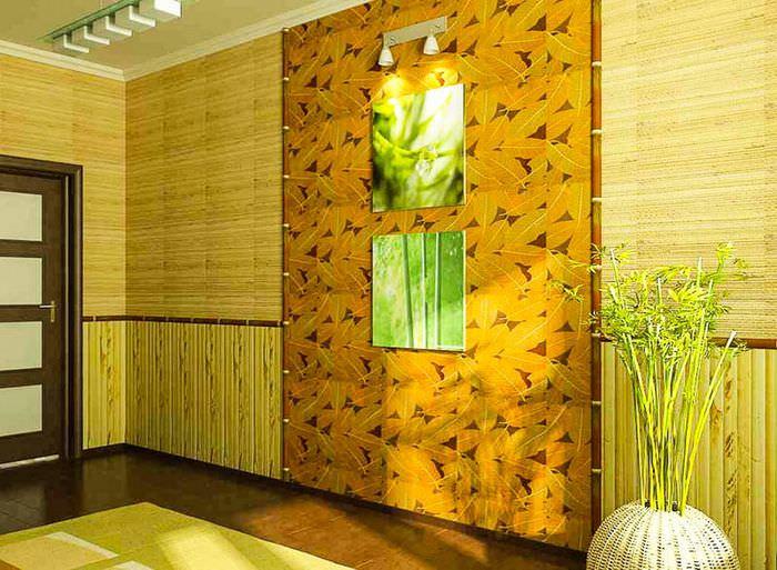 Отделка стен прихожей с помощью бамбуковых обоев
