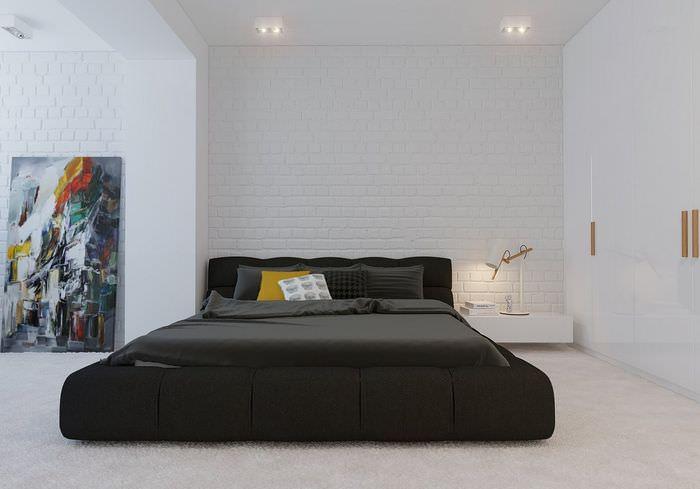 Черная кровать в спальне стиля минимализма