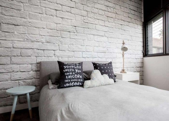 Кирпичная стена белоснежного цвета в спальне частного дома