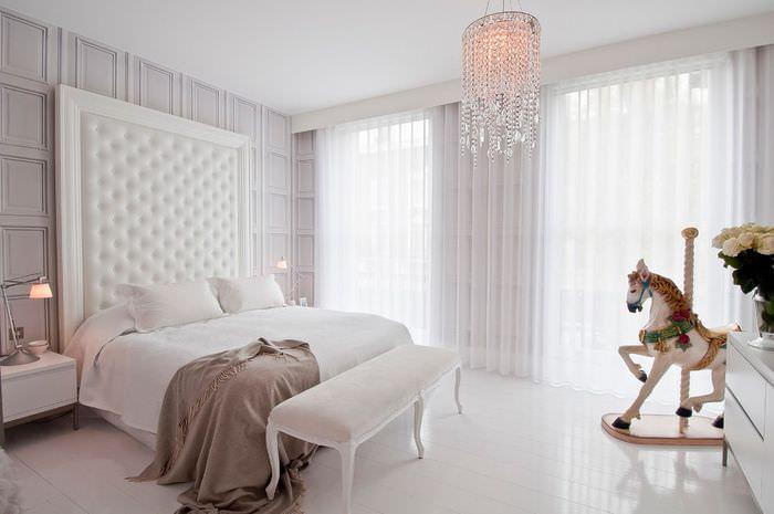 Интерьер спальной комнаты в белом цвете
