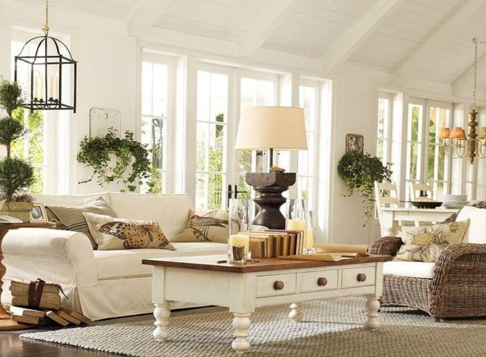 Журнальный столик из натурального дерева в белой гостиной