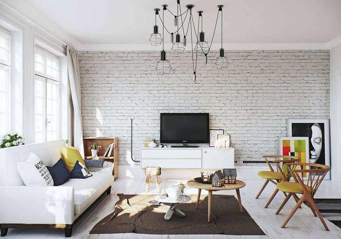 Дизайн просторной гостиной с белыми кирпичными стенами