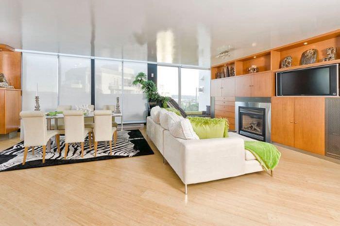 Белый диван на ламинированном полу светлого оттенка