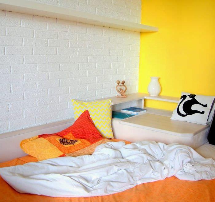 Белая кирпичная стена из пенопластовых деталей