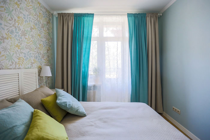 Спальня с комбинированными шторами на окне