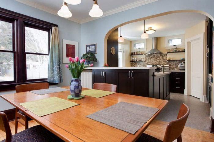 Большой обеденный стол в кухне-гостиной