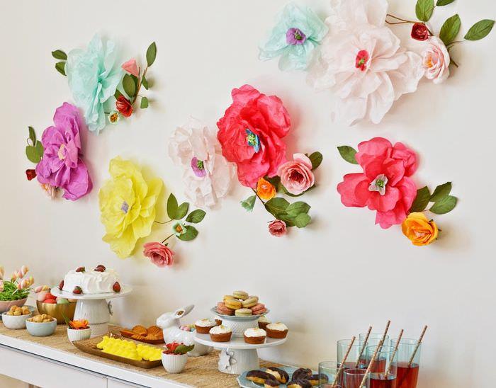 Бумажные цветы на белой стене гостиной