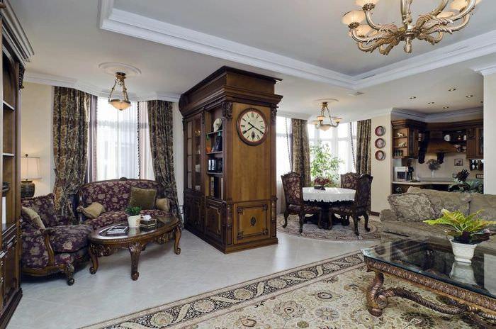 Часы на деревянном шкафу в просторной гостиной
