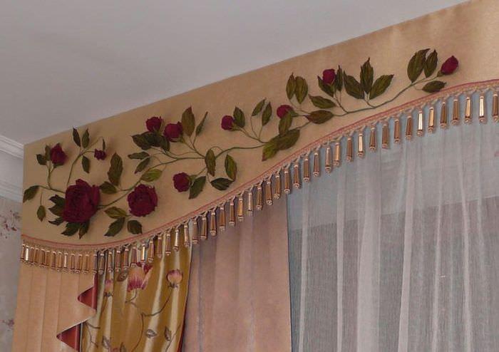Декорирование ламбрекена с помощью искусственных цветов