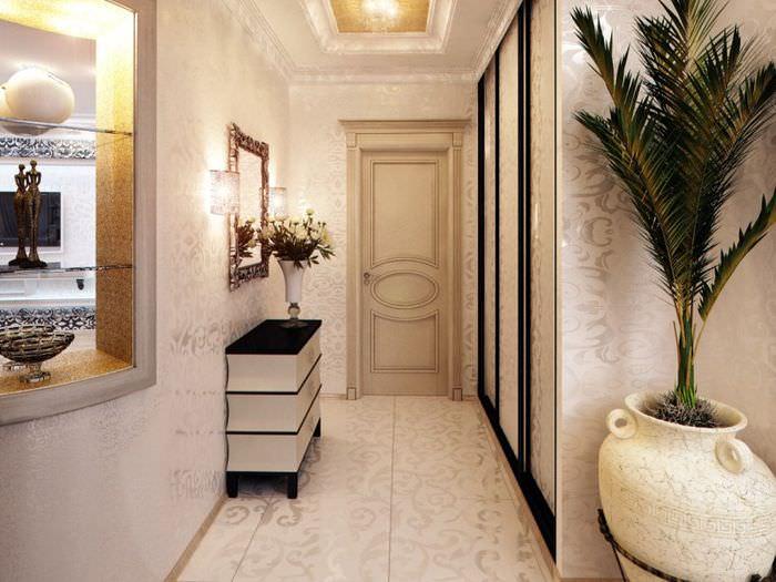 Дизайн узкого коридора с живыми цветами