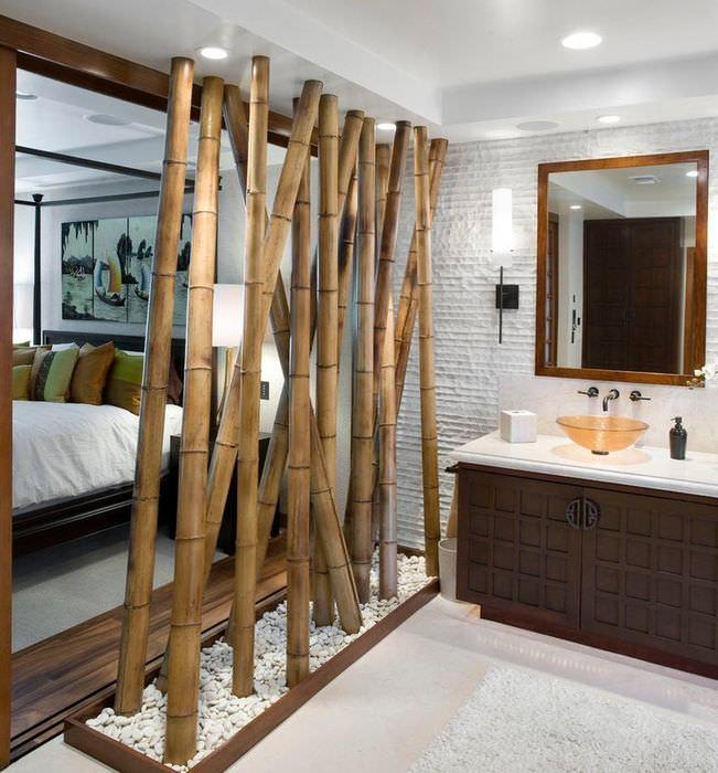 Декоративная перегородка из бамбука между умывальником и спальней