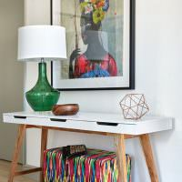 Стильный столик в прихожей частного дома