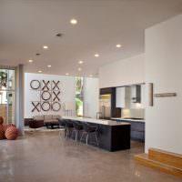 Крестики и нолики на стене кухни-гостиной