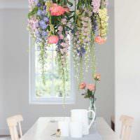 Живые цветы над обеденным столом