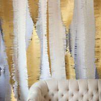 Бумажные гирлянды на стене за диваном
