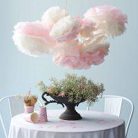Цветы из мятой бумаги над обеденным столом