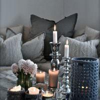 Горящие свечи на деревянном столике