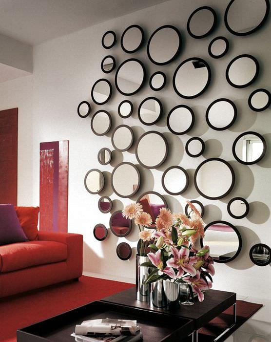 фото в декоре на стене следите