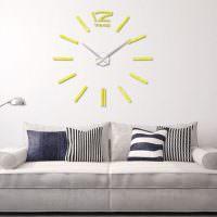 Украшение часами стены над диваном