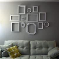 Рамки из полиуретановых молдингов на стене комнаты