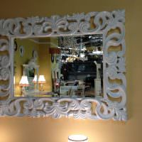 Резная рамка белого цвета на зеркале