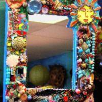 Декор зеркальной рамки бисером и камушками
