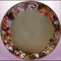 Нарисованные ракушки на круглом зеркале