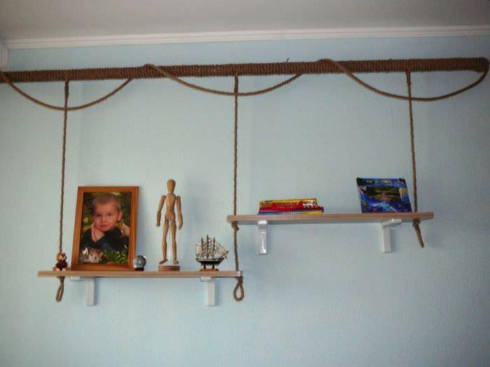 Полки для сувениров на трубе отопления