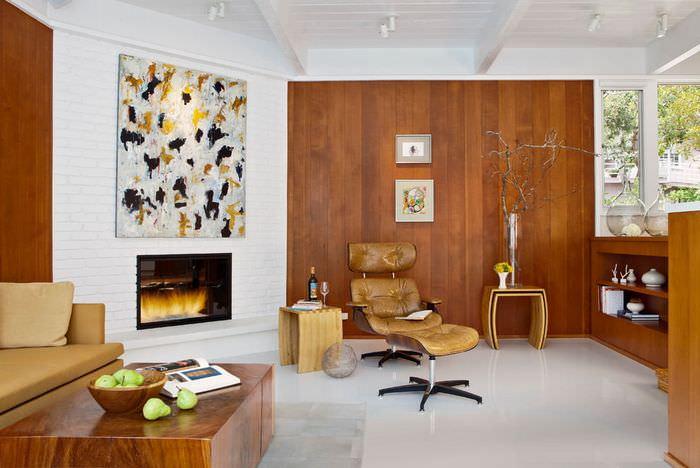 Интерьер гостиной с белым полом и деревянной отделкой стен