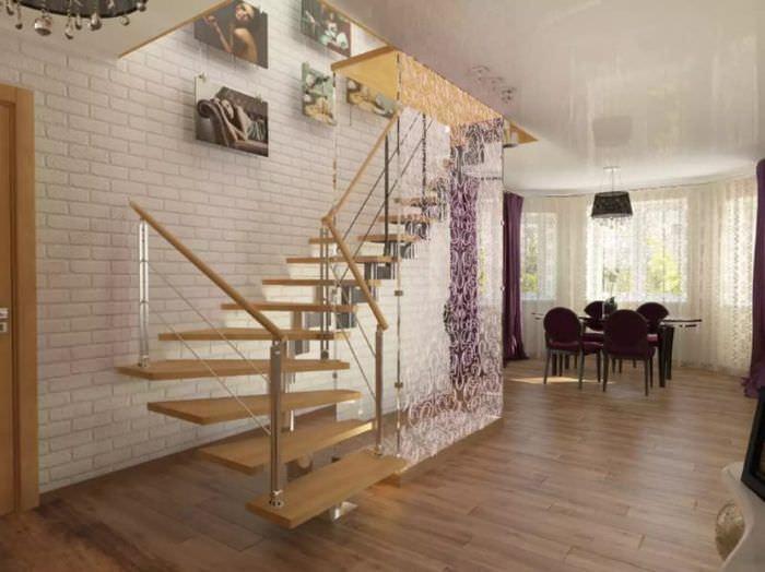 Деревянные ступени лестницы на второй этаж городской квартиры