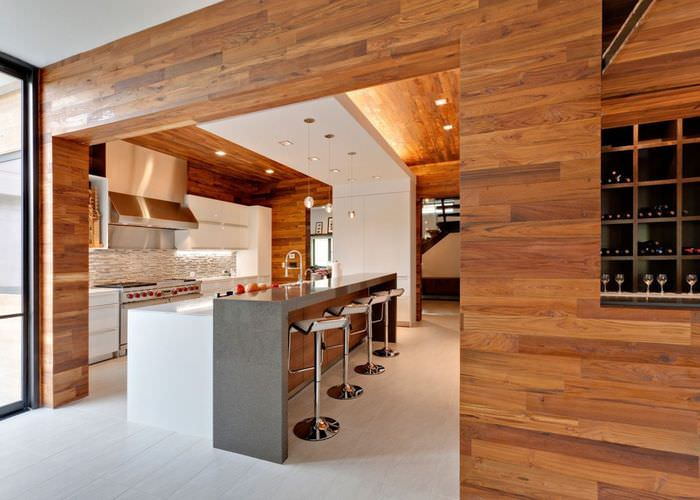 Облицовка деревянными панелями стен в квартире студии