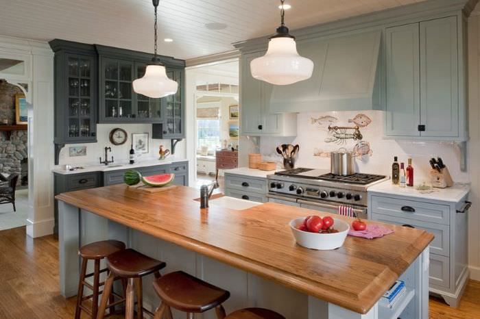 Кухонный остров с деревянной поверхностью