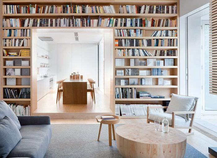 Открытые деревянные стеллажи для книжной коллекции