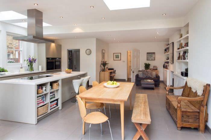 Деревянная мебель в интерьере двухкомнатной квартиры