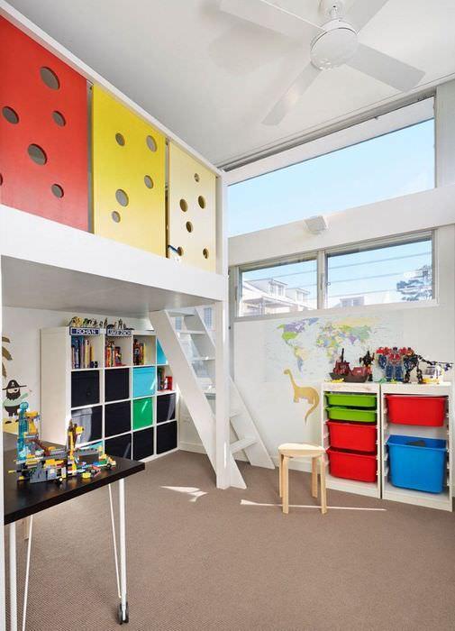 Игровая зона на втором ярусе в детской комнате