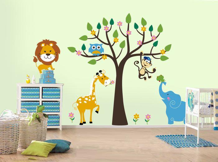 Дерево и зверушки на стене в детской комнате