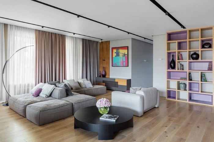 Модульный диван серого цвета в дизайне просторной гостиной