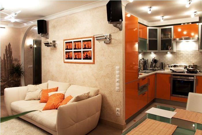 Декорирование стены над диваном в кухне-гостиной
